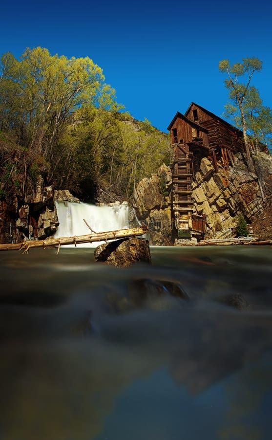De bouw door de rivier in Crystal Mill Ghost-stad stock foto's