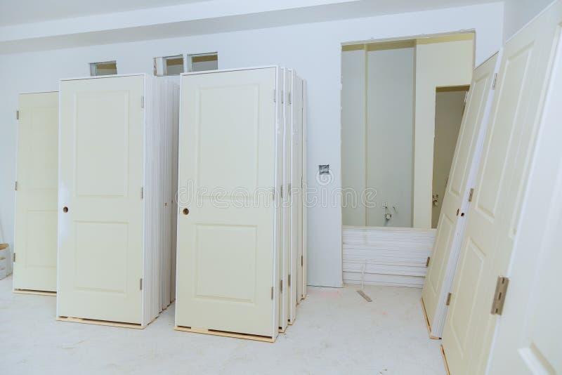 de bouw is een nieuw huis voor de installatie Binnenlandse bouw van huisvesting royalty-vrije stock foto