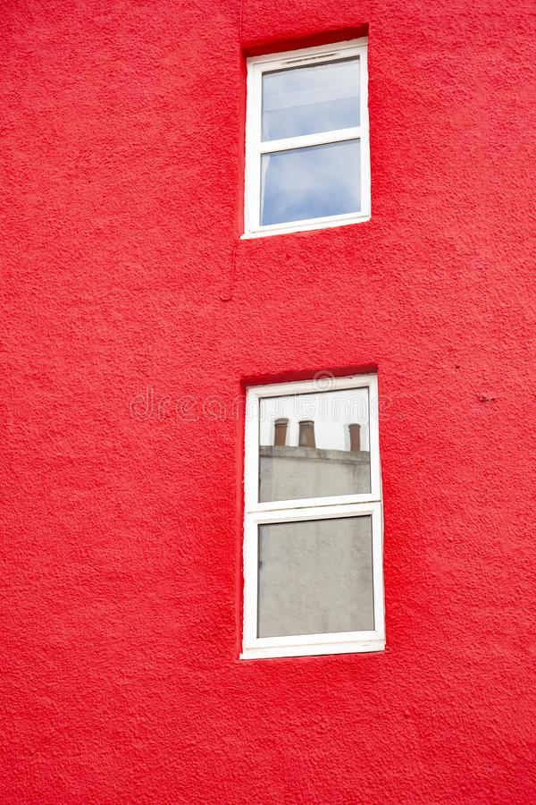 De bouw geschilderd rood met witte vensters royalty-vrije stock afbeeldingen