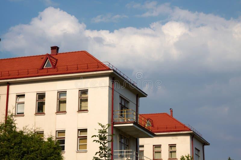 De bouw met een rood tegeldak stock afbeeldingen