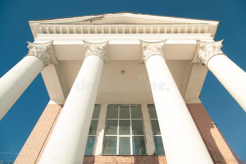 De bouw met kolommen stock afbeeldingen