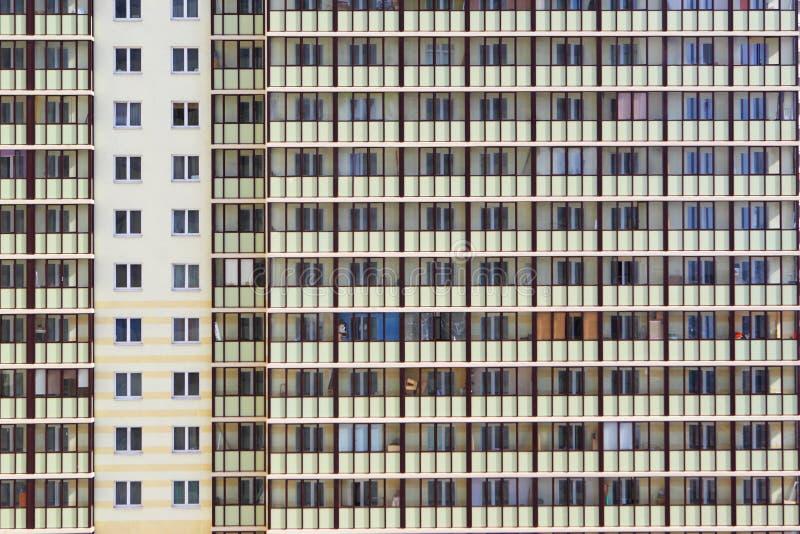 De bouw met meerdere verdiepingen De stads` s gebouwen stock fotografie
