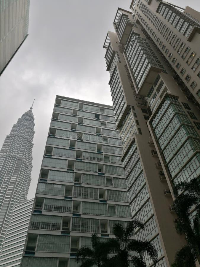 De bouw Onder ogen ziend de Tweelingtorens van Petronas stock afbeeldingen