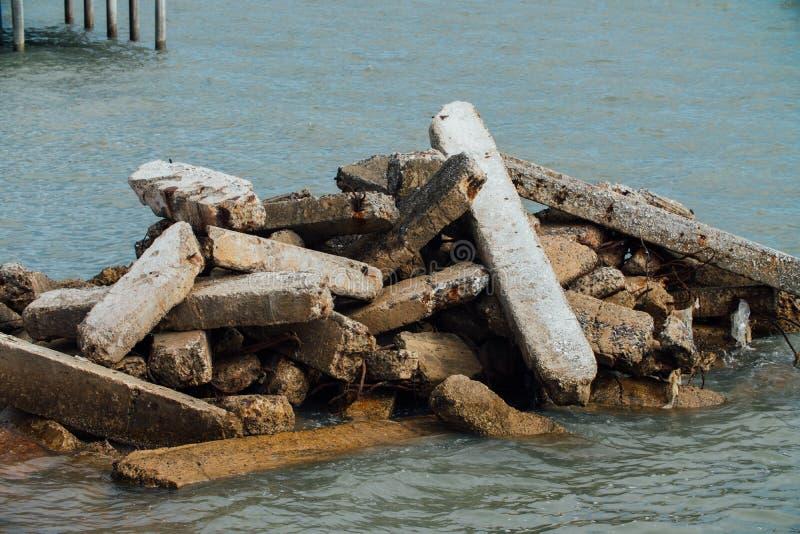 De bouw puin in het overzees Ecologie, globalisering Concrete plakken in het overzees, royalty-vrije stock foto