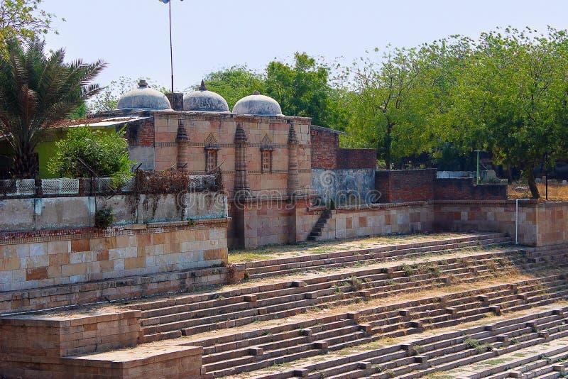 De bouw rond een gestapte tank Sarkhej Roza, Ahmedabad, Gujarat stock foto