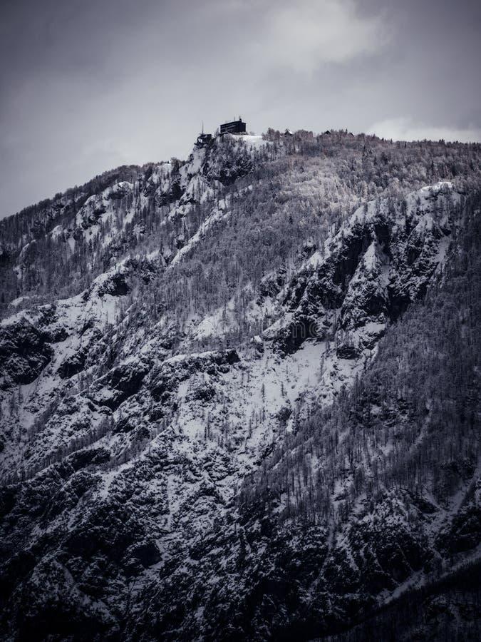 De bouw torenhoog over het landschap royalty-vrije stock afbeeldingen