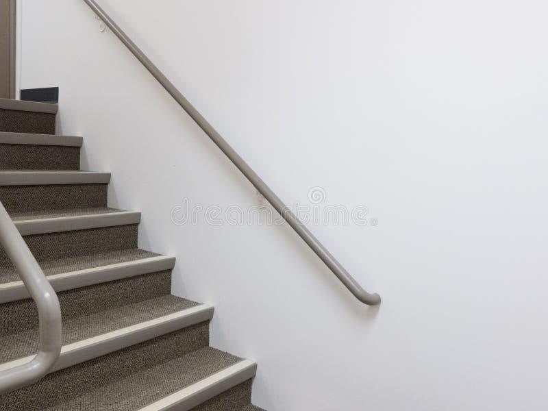 De bouw van binnenlandse witte trap met leuningen stock foto's