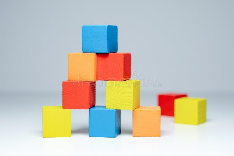 De bouw van de blokken van houten kleurrijke kinderen royalty-vrije stock afbeelding