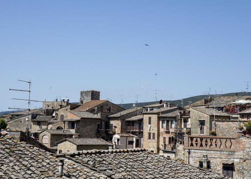 De bouw van bovenkanten die antennes en cityscape, blauwe hemel tonen stock afbeelding