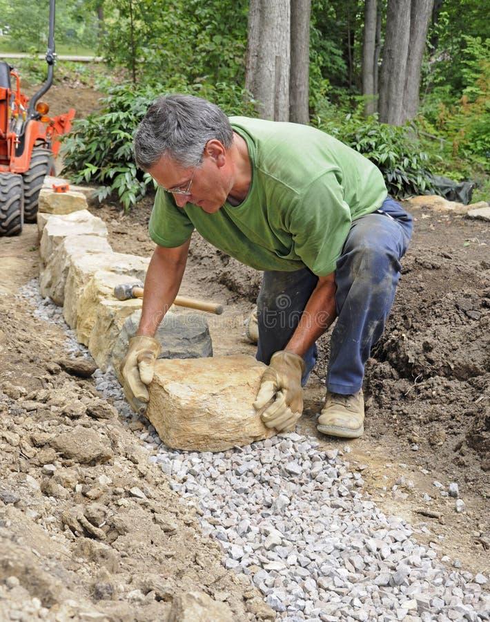 De bouw van de mens steenmuur royalty-vrije stock afbeeldingen