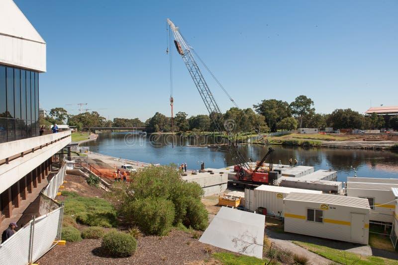 De bouw van de Riverbankvoetgangersbrug stock afbeelding
