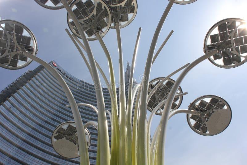 De bouw van de Unicredittoren en de lamp n Milaan van de ontwerppool stock foto