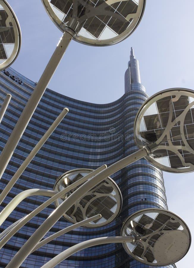 De bouw van de Unicredittoren en poollamp n Milaan royalty-vrije stock afbeelding