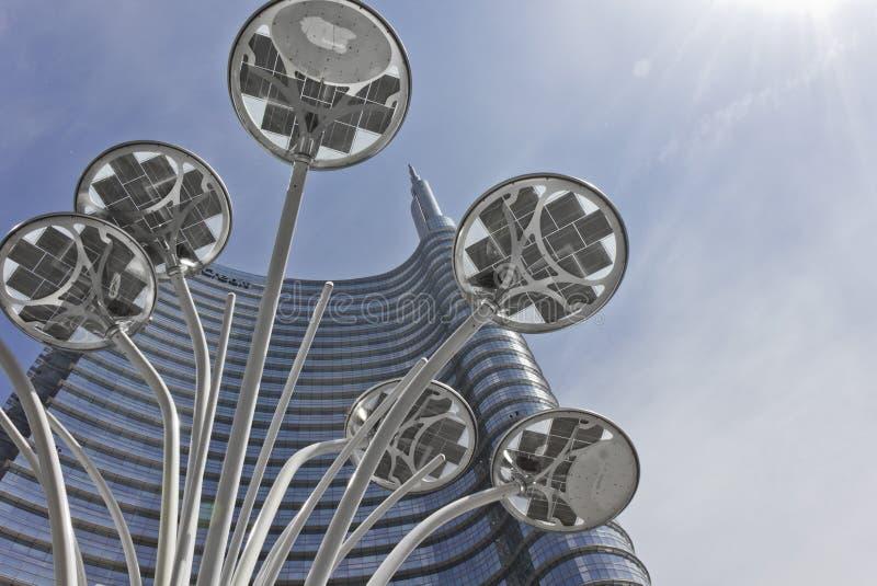 De bouw van de Unicredittoren en poollamp n Milaan royalty-vrije stock foto