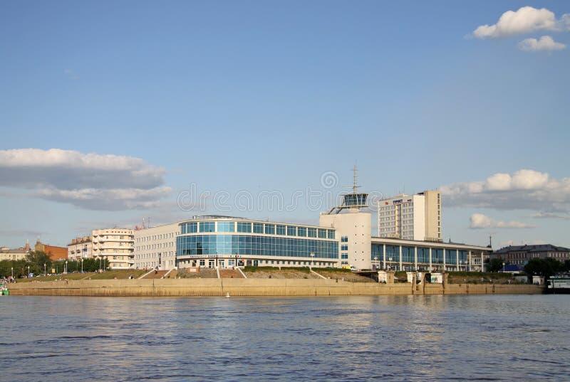 De bouw van de vroegere Rivierpost in Omsk, de bioskoop 'Babylon' op de rivieren Irtysh en Om voegt nu plaats samen stock fotografie