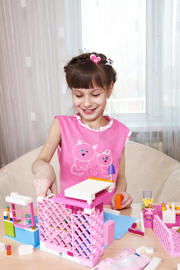 De bouw van een Huis van het Stuk speelgoed stock afbeeldingen