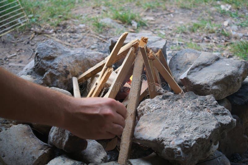 De bouw van een kampbrand in een berg stock afbeelding