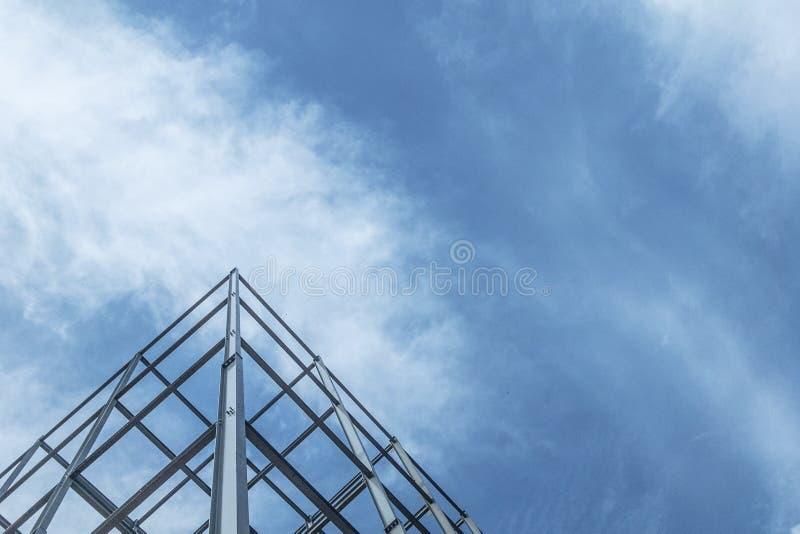 De bouw van gebouwen met staalstructuur op hemelachtergrond stock afbeelding