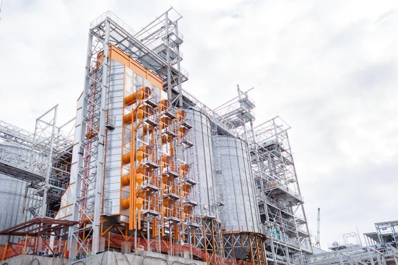 De bouw van graanschuuren Moderne silo's voor het opslaan van Landbouw van de korreloogst royalty-vrije stock foto