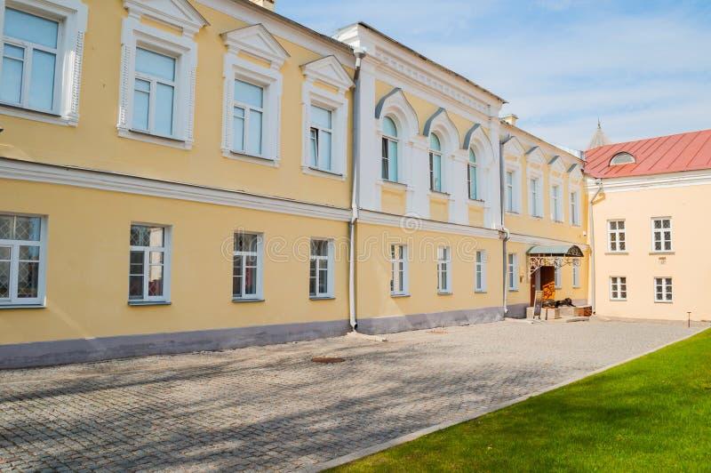 De bouw van het aartsbisschop` s paleis, het Paleis van facettenmuseum in Veliky Novgorod, Rusland royalty-vrije stock foto's