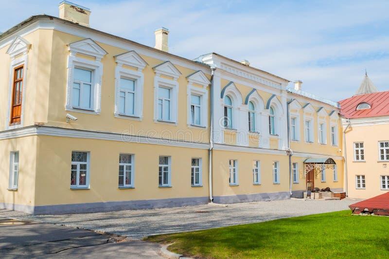 De bouw van het aartsbisschop` s paleis, het Paleis van facettenmuseum in Veliky Novgorod, Rusland stock afbeelding