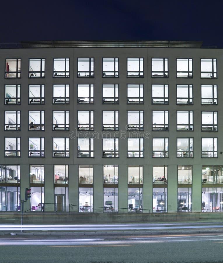 De bouw van het bureau bij nacht stock fotografie