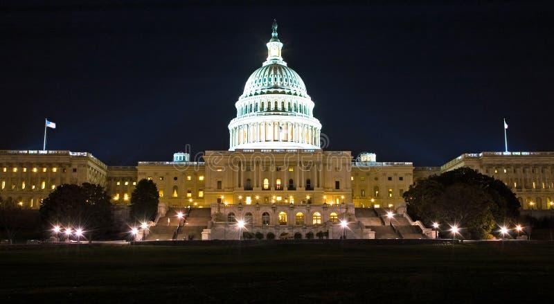 De Bouw van het Capitool van de V.S. bij Nacht stock foto's