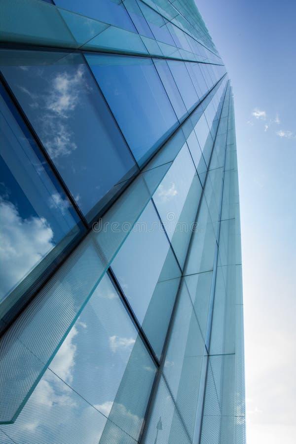 De bouw van het glasbureau met wolkenbezinning stock foto's