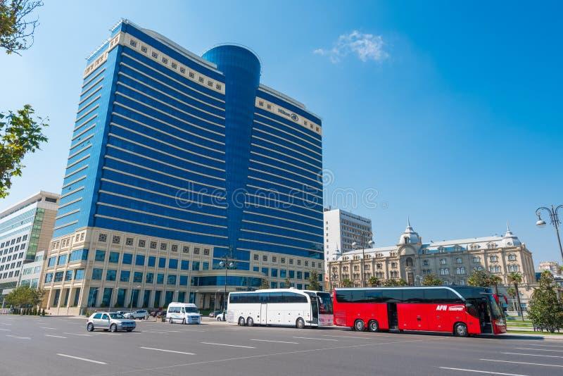 De bouw van het Hiltonhotel in Baku stad stock afbeeldingen