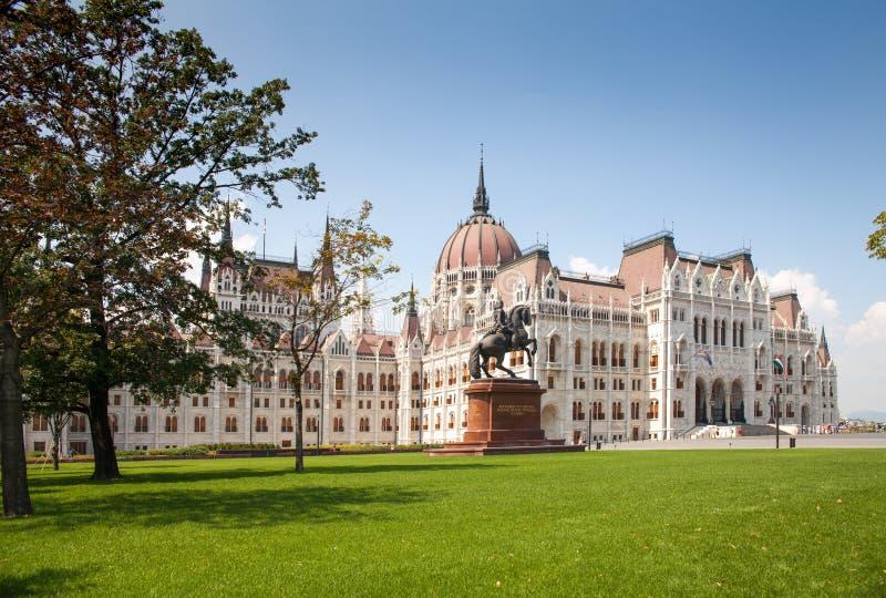De bouw van het Hongaarse Parlement Front View Standbeeld van ruiter op horseback stock fotografie
