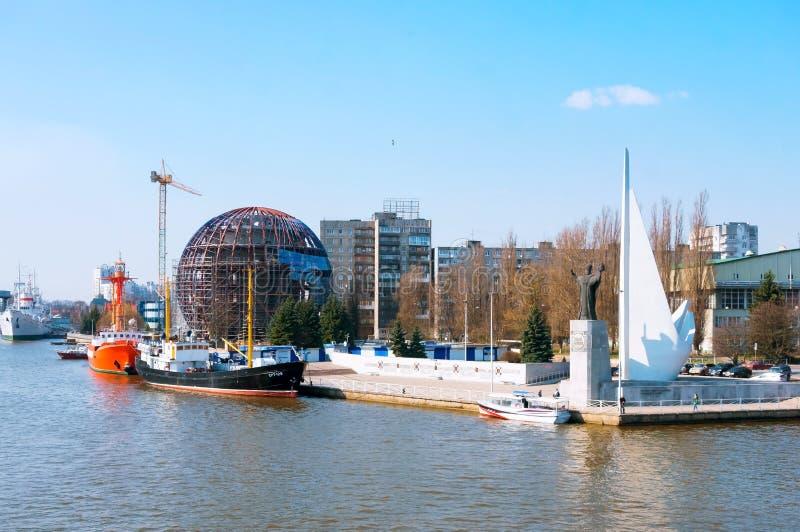 De bouw van het Maritieme Museum in aanbouw, een mening van de dijk dichtbij het Museum van de Wereldoceaan stock foto
