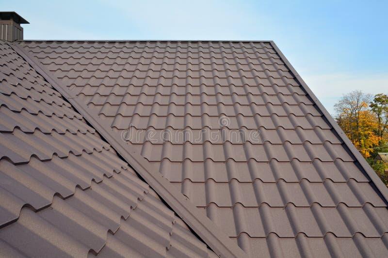 De Bouw van het metaaldak tegen Blauwe Hemel Dakwerkmaterialen Het dak van het metaalhuis De BouwBouwmaterialen van het close-uph stock afbeelding