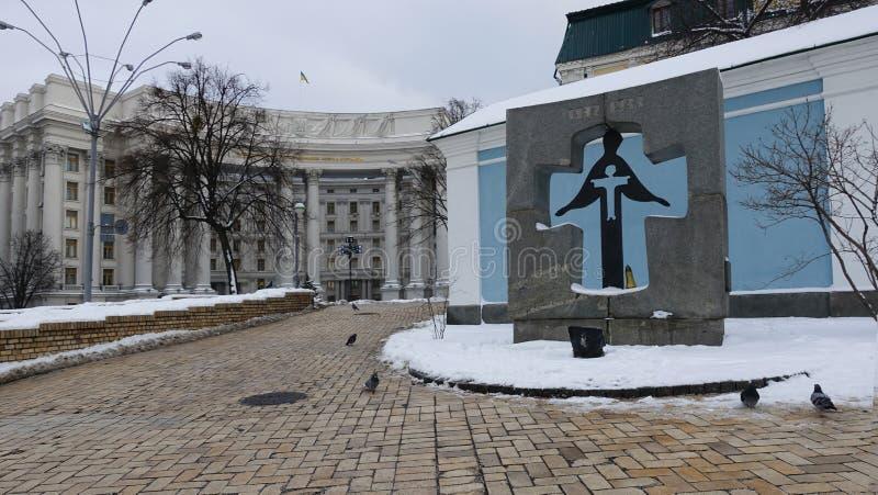 De bouw van het Ministerie van Buitenlandse zaken van de Oekraïne en Herdenkingsteken aan de slachtoffers van de hongersnood in 1 stock foto