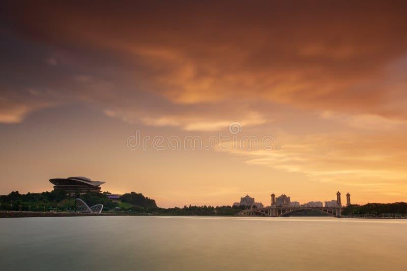 De bouw van het Putrajayaoriëntatiepunt bij zonsondergang stock afbeeldingen