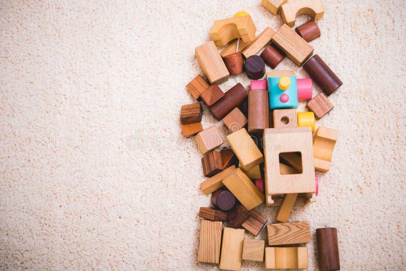 De bouw van het spelen stuk speelgoed blokkeert hout voor babyonderwijs royalty-vrije stock fotografie
