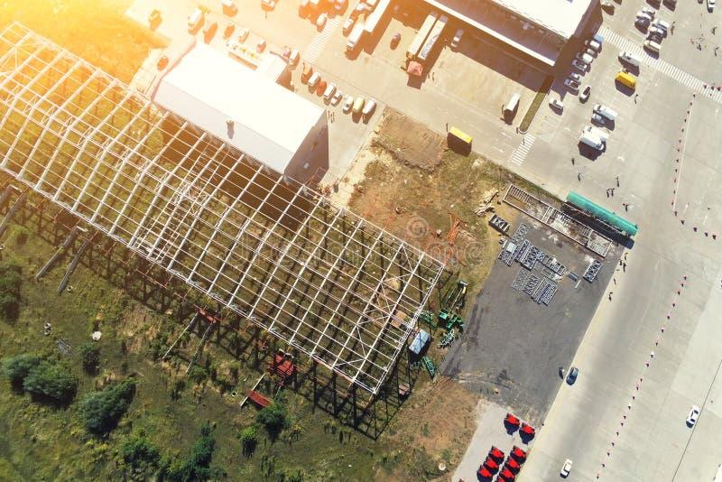 De bouw van het staalkader van de moderne bouw van het opslagpakhuis bij grote stadsvoorstad Luchthommelmening van hierboven royalty-vrije stock foto's