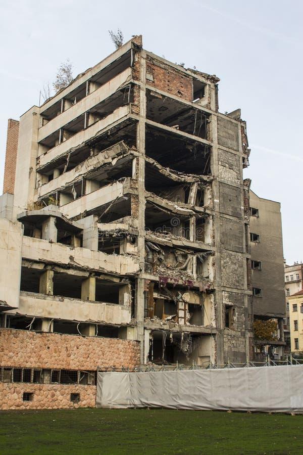 De bouw van het vroegere Defensieministerie in werd Belgrado gebombardeerd door de vliegtuigen van de V.S. servië stock fotografie