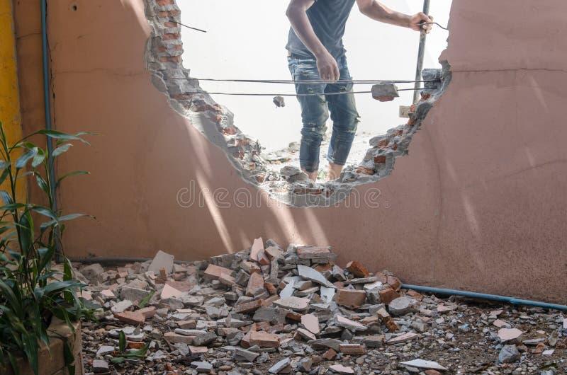 De bouw van muren aan barst stock afbeeldingen