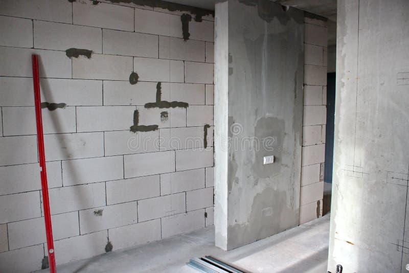 De bouw van muren in de flat met een vrije lay-out de bouw van muren van silicaatblokken met timmerman leve royalty-vrije stock foto
