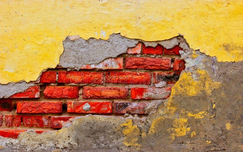 De bouw van muur met half gebroken palster stock afbeeldingen