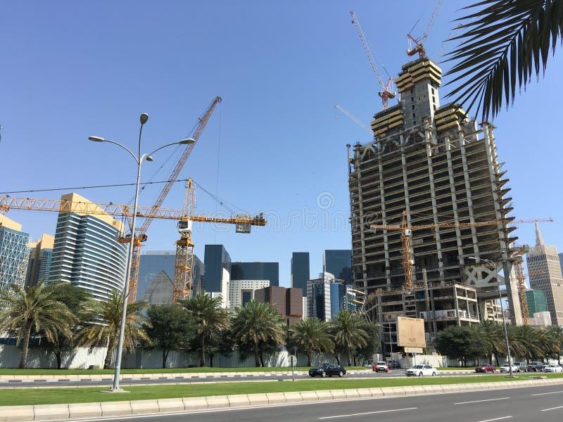 De bouw van nieuwe wolkenkrabbers in Doha Qatar stock foto
