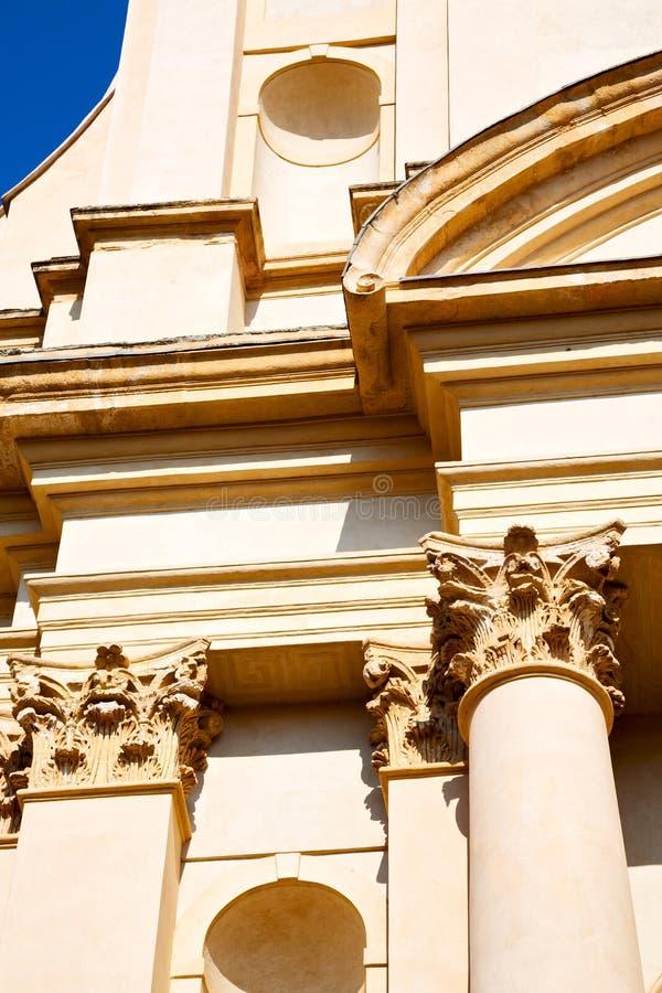 de bouw van oude architectuur in de godsdienst en de zon van Italië Milaan royalty-vrije stock afbeelding