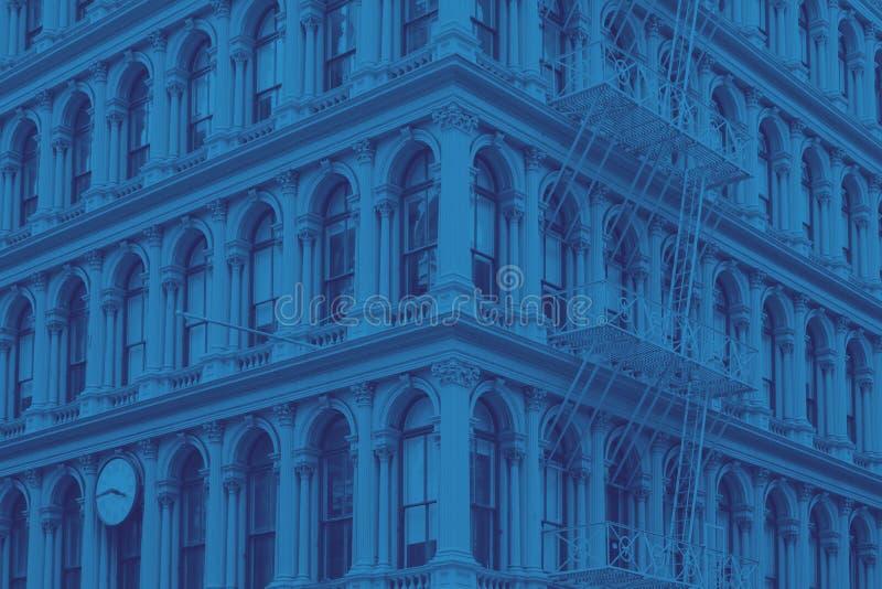 De bouw van de de Stadsstijl van New York in blauw royalty-vrije stock afbeeldingen