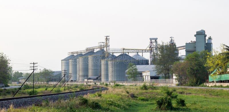 De bouw van de voedselindustrie met landbouwsilo's stock fotografie