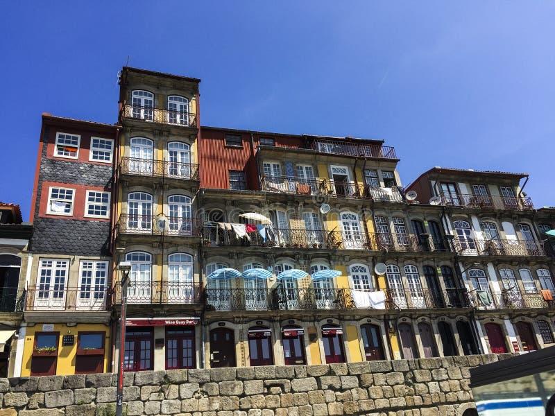 De bouw van Voorgevels in Porto, Portugal royalty-vrije stock afbeelding