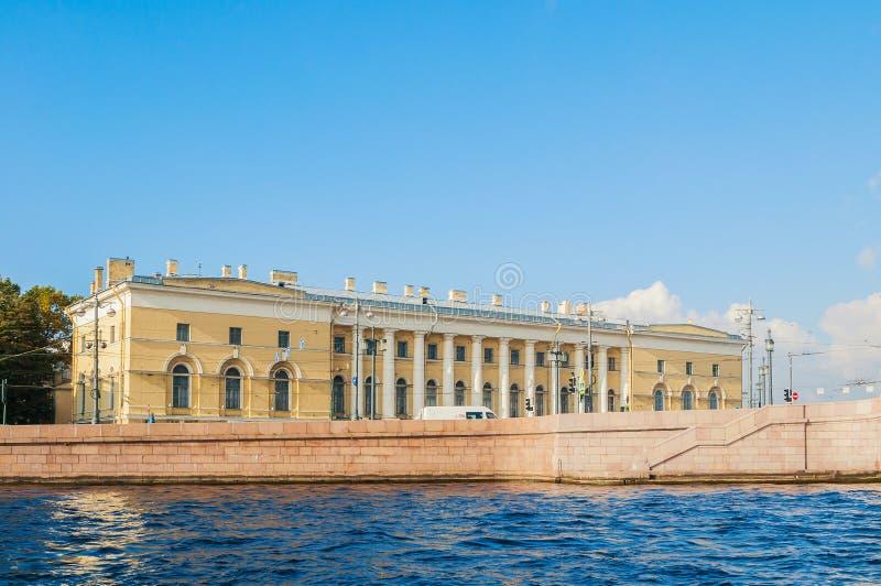 De bouw van Zoölogisch Museum, het vroegere Pakhuis van de Zuidenuitwisseling in St. Petersburg, Rusland royalty-vrije stock afbeelding