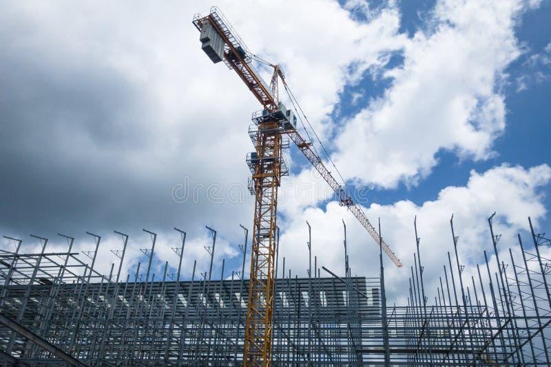 De bouw wordt geconstrueerd met gebruik van torenkraan stock fotografie