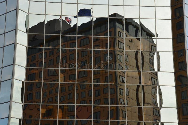 De bouwbezinning door glasvensters dat wordt vervormd stock foto