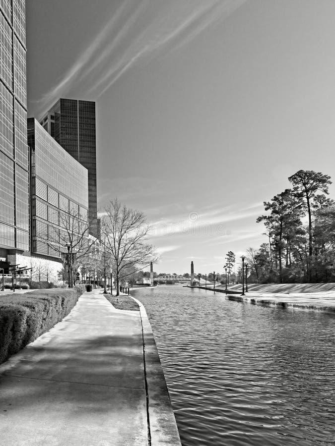 De bouwbezinning langs de Waterweg de Bossen TX 5 B&W royalty-vrije stock foto's