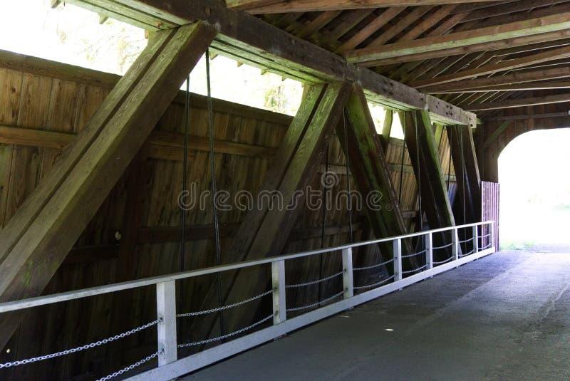 De bouwdetails van de afwijkingskreek behandelde brug stock foto